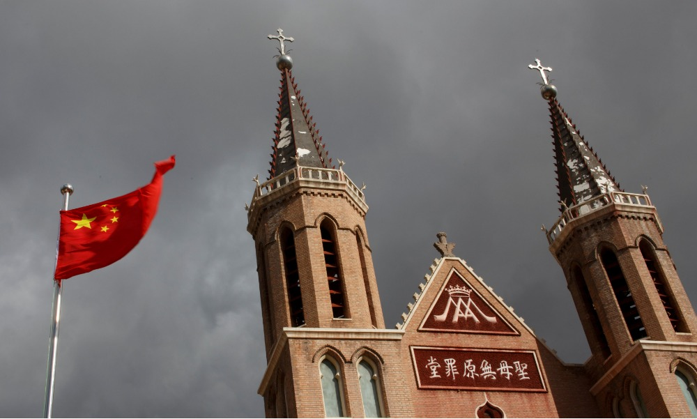 Bander china ondea en el pueblo de Huangtugang