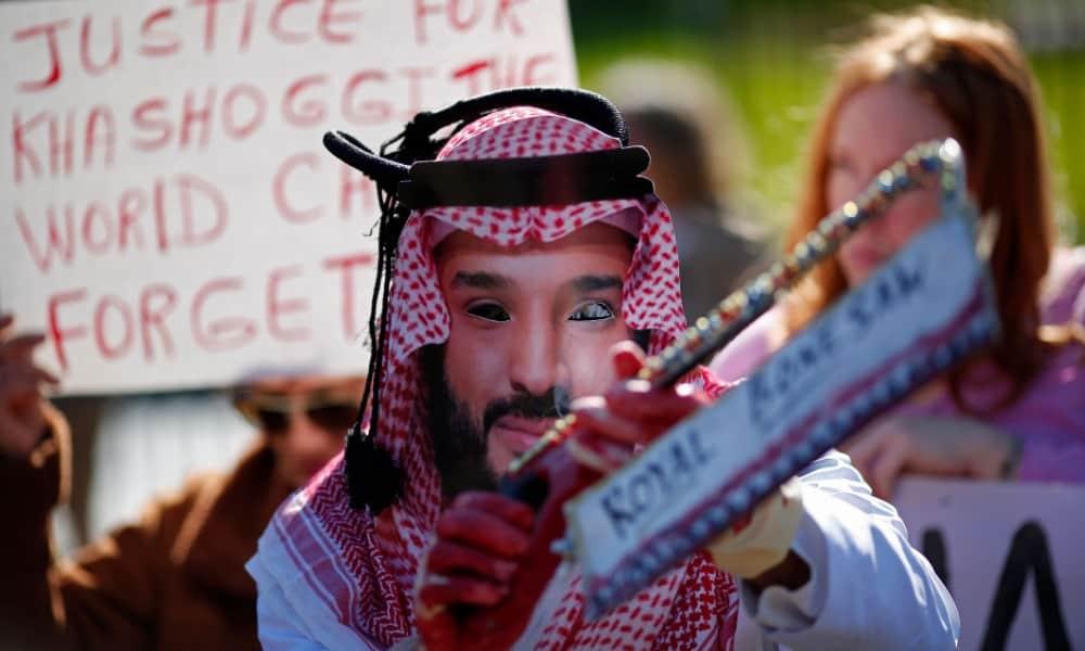 Protestante vestido como el príncipe heredero saudí en Washington, DC.