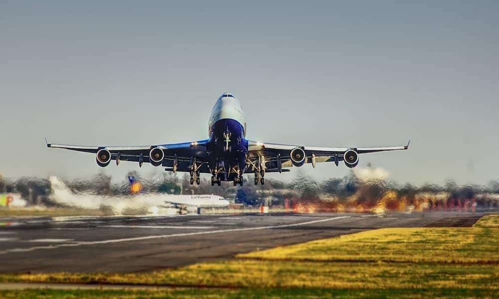 Avión despega en aeropuerto