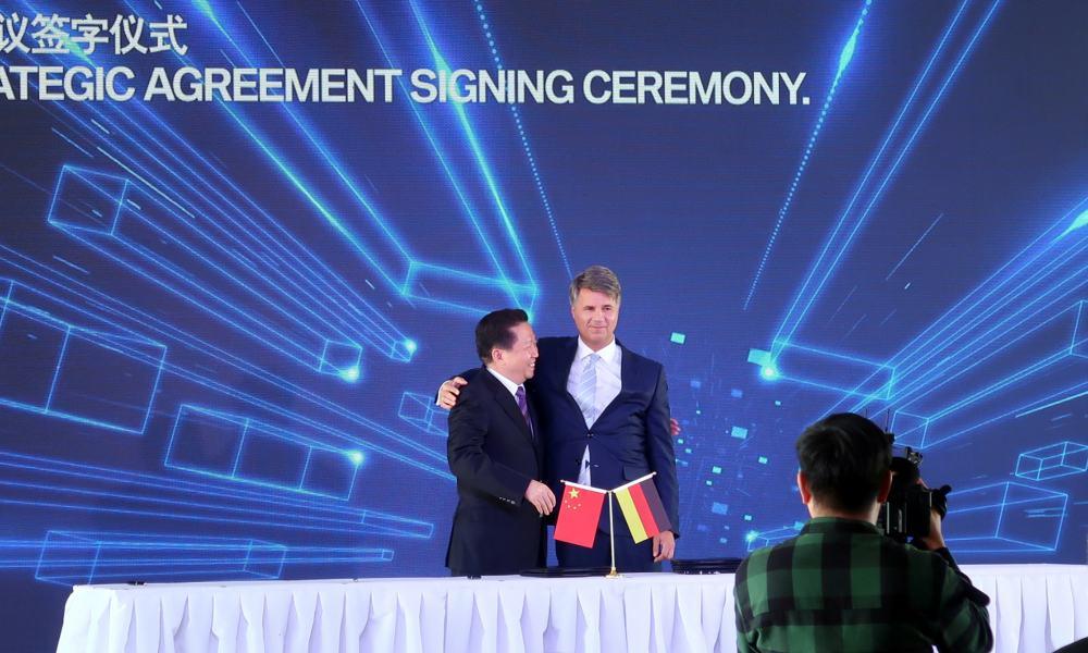 Chen Qiufa, secretario del partido comunista chino, y Harald Kruger, director ejecutivo de BMW