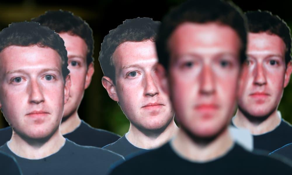 Manifestantes con máscaras de Mark Zuckerberg en una demonstración contra Facebook en Bruselas.
