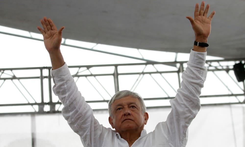 Andrés Manuel López Obrador saluda durante un mitin.