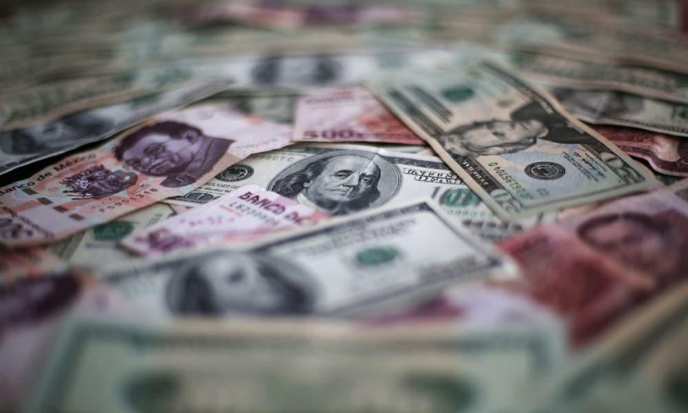 Billetes de dólares y pesos