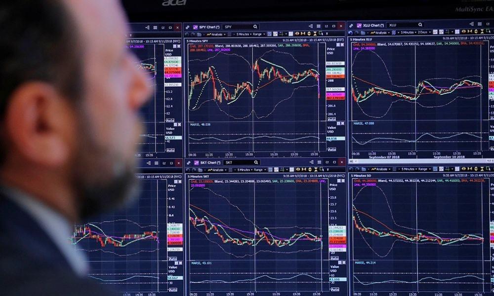 Operador de Wall Street observa el comportamiento de los mercados