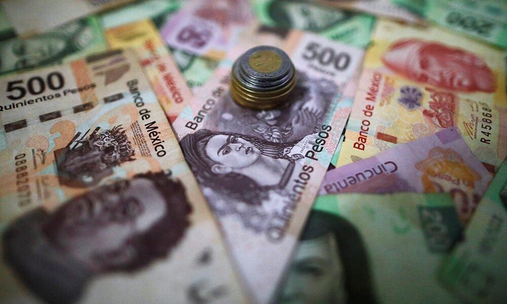 Billetes de peso y dólar