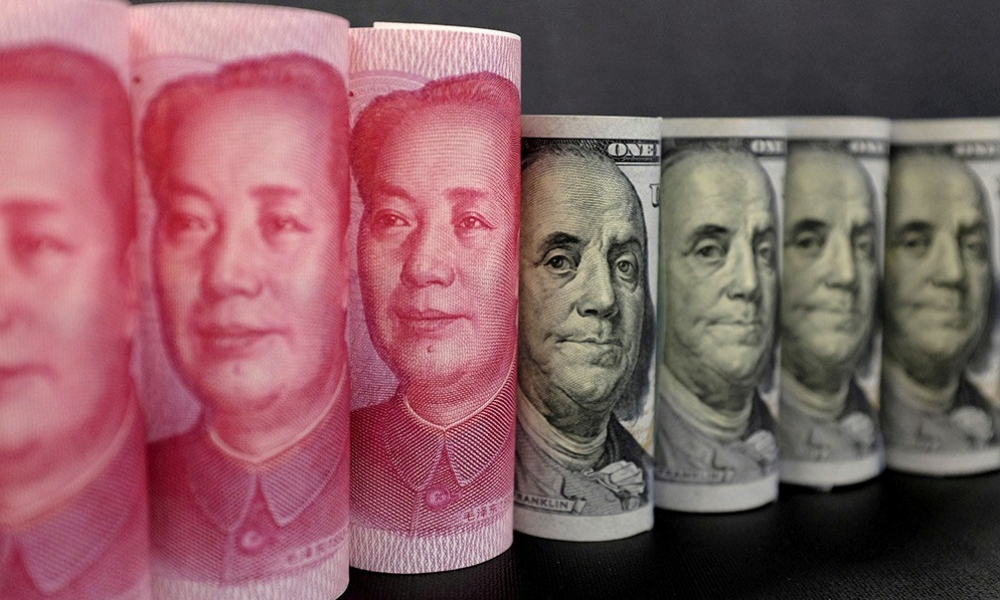 Billetes de yuan y dólar