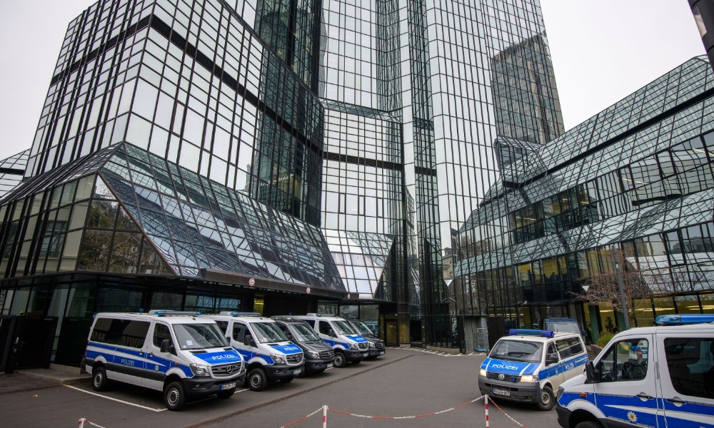 Automóviles policiales frente a la sede corporativa de Deutsche Bank (Getty Images)