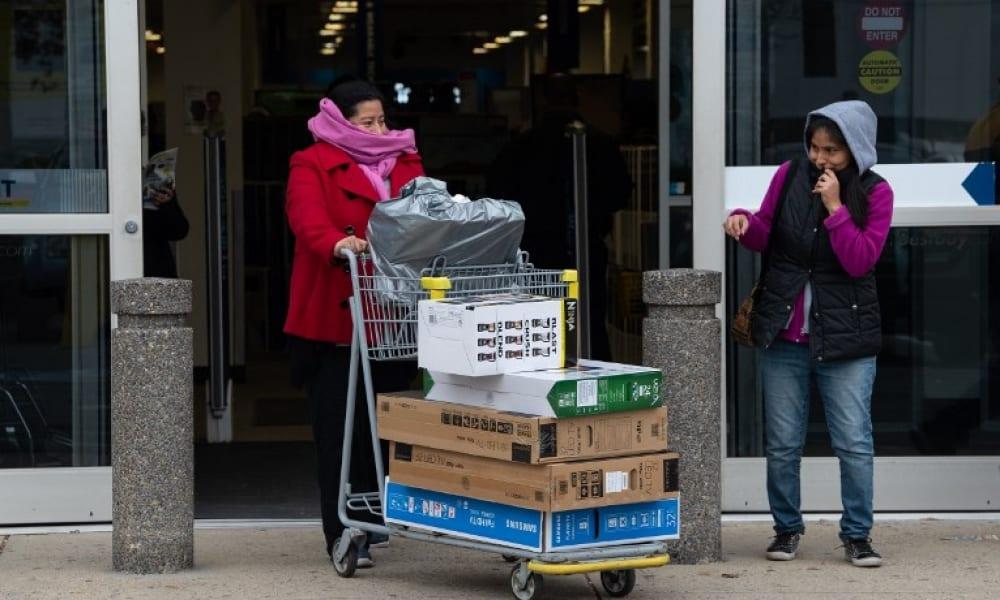 Consumidores estadounidenses con sus compras durante el Black Friday