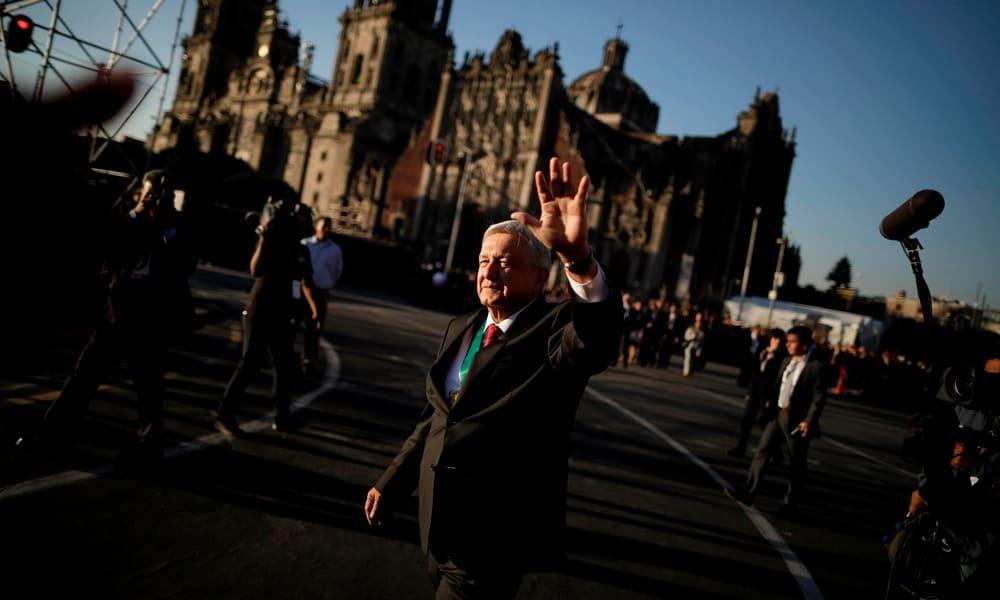 Andrés Manuel López Obrador camina en la plancha del Zócalo Capitalino (Reuters)