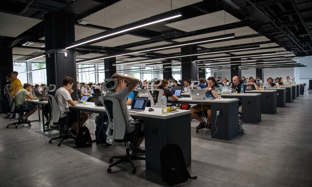 Empleados trabajan en oficina