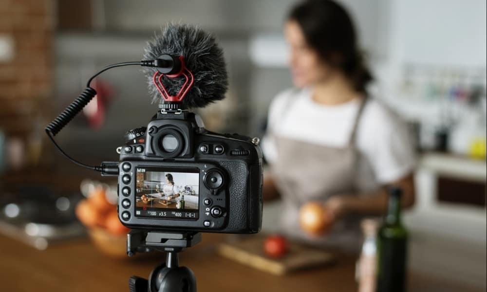 Vlogger graba un video de cocina