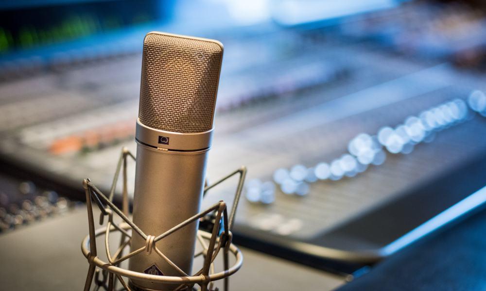 Micrófono y consola en estación de radio