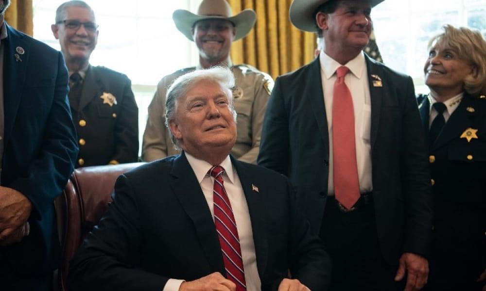 Donald Trump después de firmar su primer veto