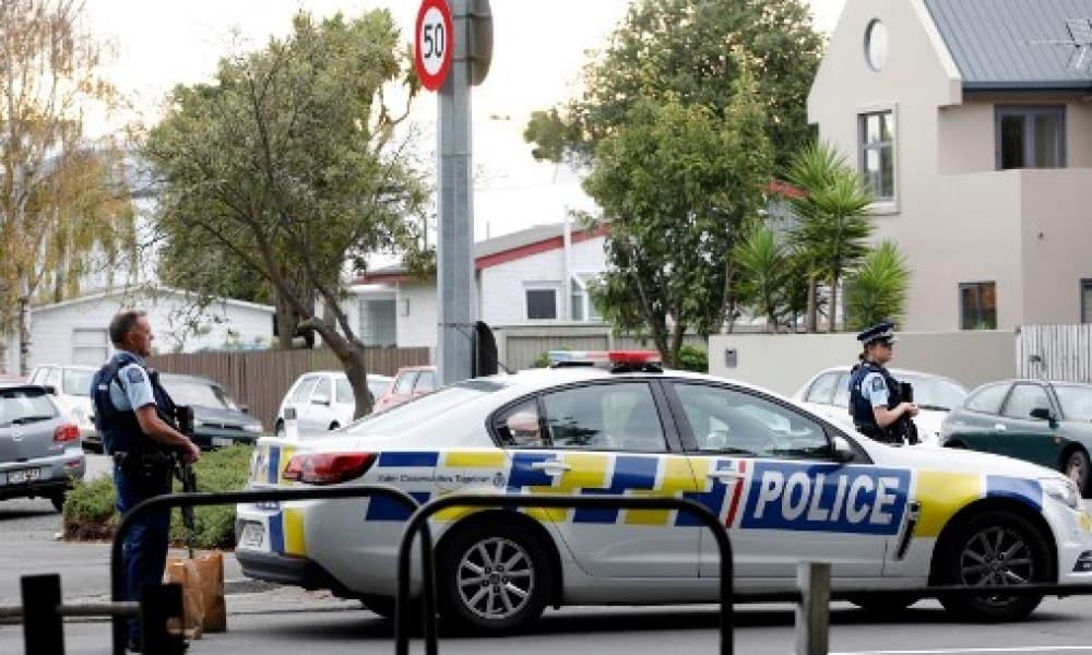 Policías afuera de una mezquita atacada en Nueva Zelanda