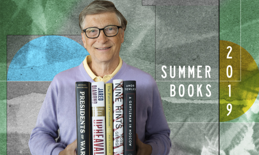 Bill Gates con libros recomendados